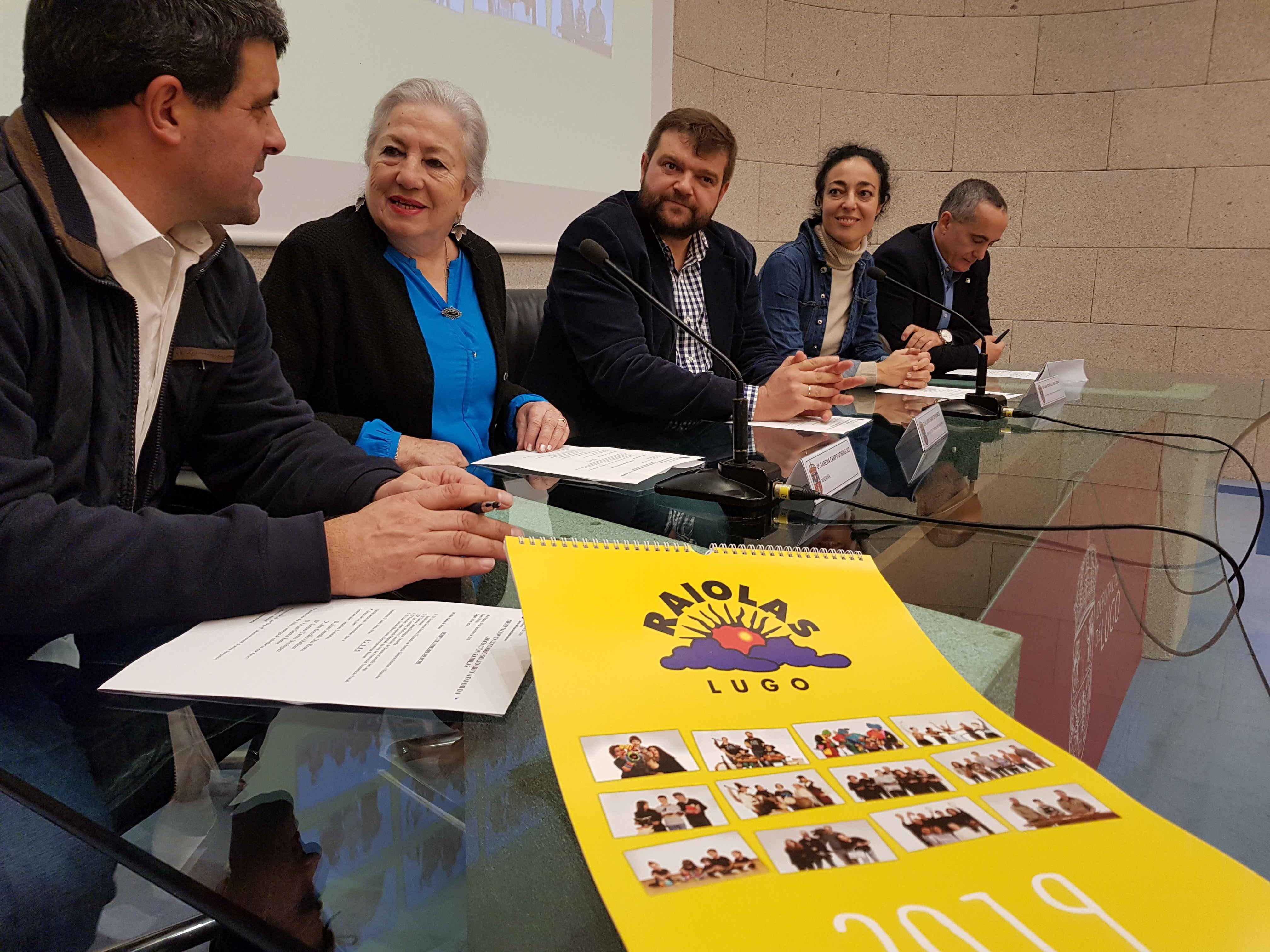A Deputación promove con Raiolas a venda de 600 calendarios solidarios cos que recadar fondos para a asociación