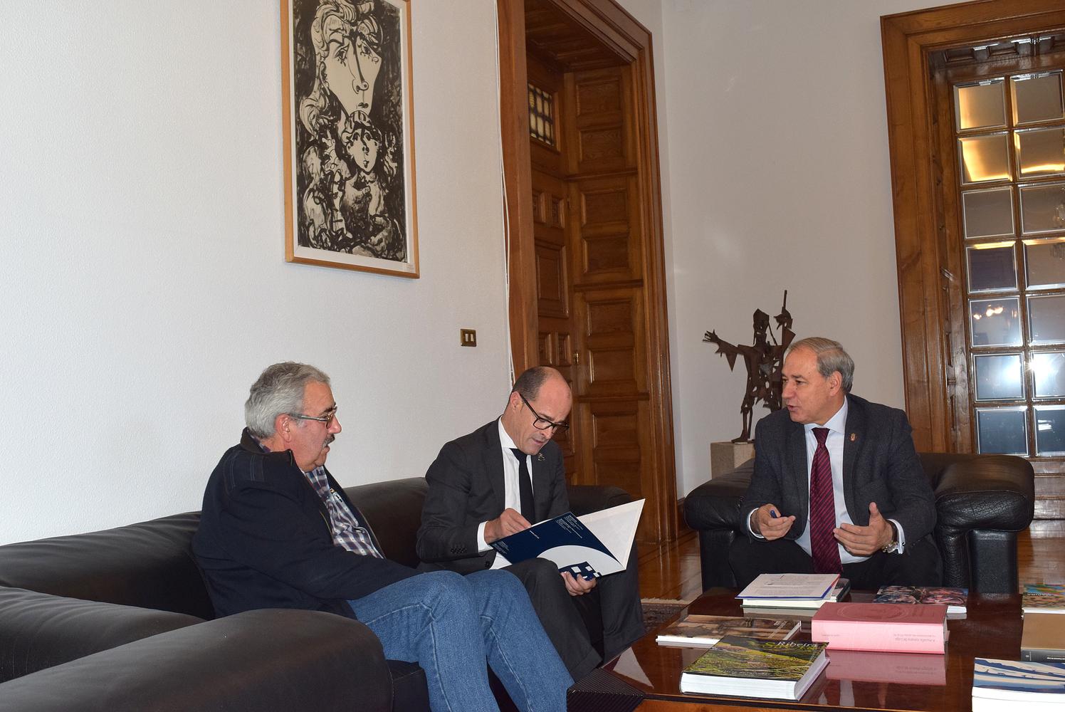 Tomé co secretario xeral da Confederación de Empresarios de Lugo (CEL),  Jaime López, e o presidente da Federación de Asociacións de Veciños de Lugo, Jesús Vázquez