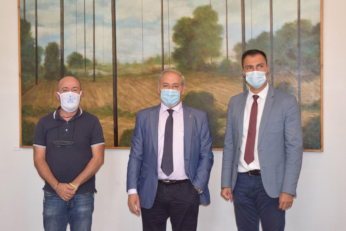 O Presidente da Deputación de Lugo, José Tomé  e o presidente da Federación Provincial de Confrarías de Pescadores de Lugo, José Basilio Otero asinan un convenio de colaboración